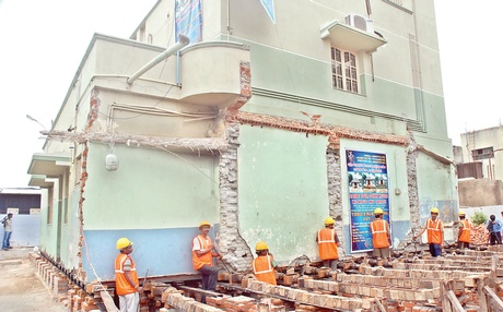 Workers in action during the task of relocating the house on Mettupalayam Road in Coimbatore | EPS