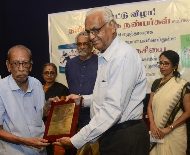 'TAG' R.T. Chari hands over the citation to Charukesi (left). With them are Seetha Ravi, V. Ramnarayan and Alarmelvalli. Photo: M. Vedhan.