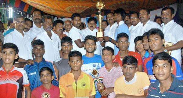 WELL ON TRACK:Minister for Information Technology M. Manikandan distributing prizes to the winners of 60th State-level cycling competition in Ramanathapuram on Monday.— Photo: L. Balachandar