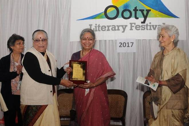 Author Geeta Dharmarajan receiving the Lifetime Achievement Award